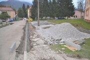 Oprava cesty a chodníkov v Istebnom.