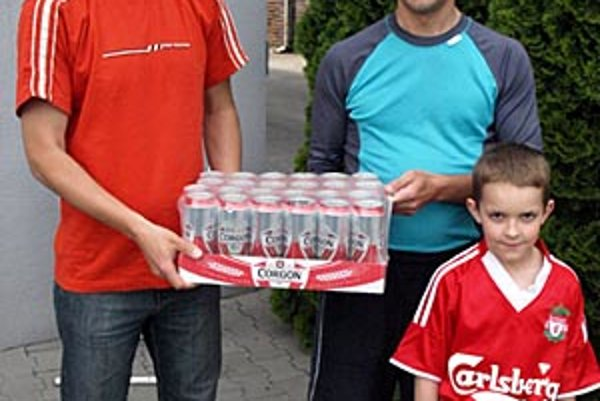Cenu pre víťaza 8. kola - kartón 24 plechoviek piva Corgoň - si rozdelili Henrich Bíro a Mário Slezák, ten prišiel so synom Samkom.