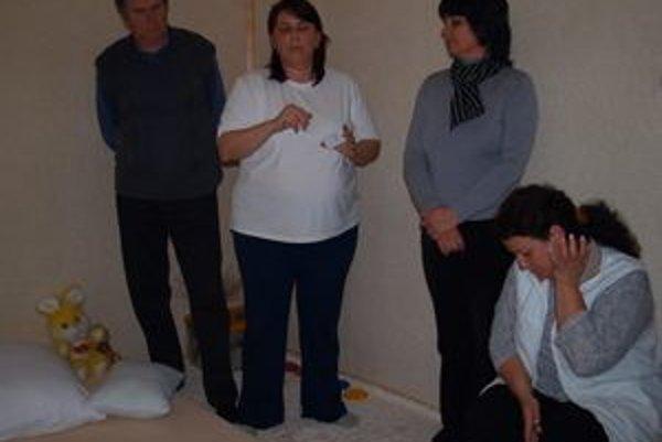Snoezelen miestnosť - zľava riaditeľ Juraj Rus, autorky projektu Beata Černušková a Adela Jamrichová (celkom vpravo).