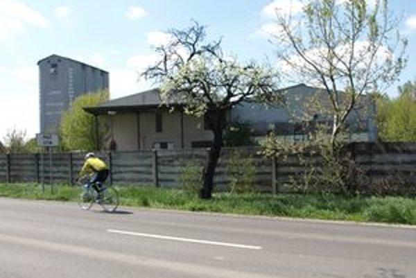 Prekladisko živočíšneho odpadu by malo vzniknúť v bývalej sušiarni papriky na okraji Malého Cetína. Obec s tým nesúhlasí.