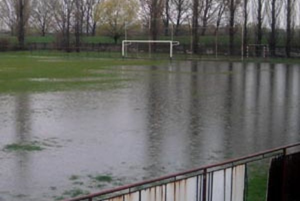 Zatopené futbalové ihrisko v Zbehoch.
