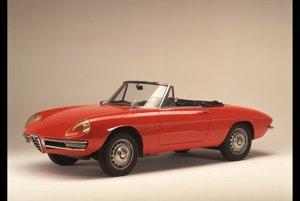 Alfa Romeo Spider 1600 Duetto (1966)Najdlhšie sériovo vyrábané Alfa Romeo. Z montážnych liniek schádzalo dlhých 27 rokov. V USA ho preslávilo účinkovanie vo filme Graduate s Dustinom Hoffmanom.