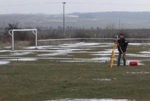 Po verdikte súdu si majitelia pozemkov začali uplatňovať svoje práva, prácu majú geodeti. Futbalisti nevedia, čo robiť.