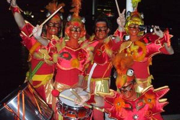 Campana Batucada v karnevalových kostýmoch.