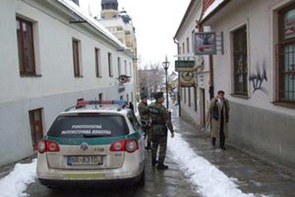 Zlodeji zaniesli obraz do záložne v centre mesta. O desať minút neskôr ich na ulici zadržala pohotovostná motorizovaná jednotka.