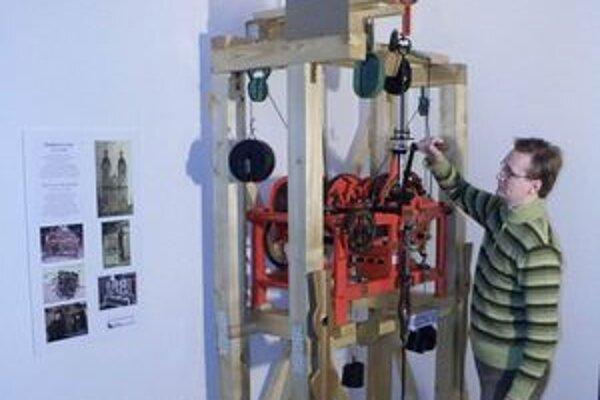 Správca múzea Miroslav Eliáš naťahuje hodinový stroj.