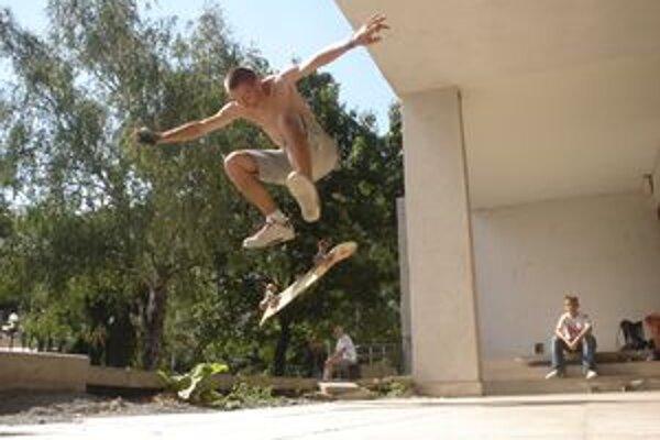 Skateboarding je o priateľstve a zdolávaní mét.