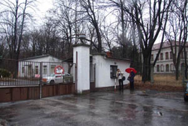 Hlavný vstup. Bývalé kasárne pod Zoborom.
