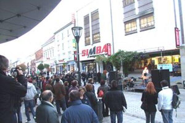 Spomienková akcia sa konala pred Domom módy. Priestor sa postupne zaplnil, podvečer tam boli stovky ľudí.