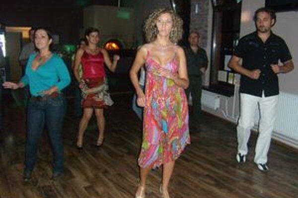 Zuzana Kačeriková učila záujemcov prvé kroky salsy.