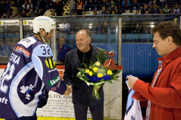 Jubilantovi blahoželali kapitán M. Štefanka a riaditeľ J. Plandora.