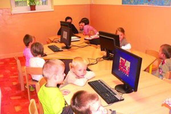 Škôlkari sa v novej učebni naučia pracovať s počítačom hravou formou.