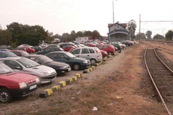 Mesto pripravilo projekt na vybudovanie zhruba 200 parkovacích miest pri stanici.
