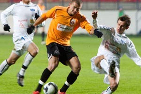 Ružomberčan Lačný preniká medzi dvojicou Michal Áč - Martin Tóth. Stopér Nitry nedohral, ale jeho zranenie by nemalo byť vážnejšie.