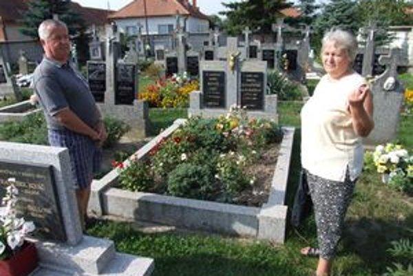 Manželia Hudecoví sú s bránou nespokojní a žiadajú, aby ju zrušili. Starší a nevládni ľudia nesúhlasia, cez cintorín to majú skratku do centra dediny.