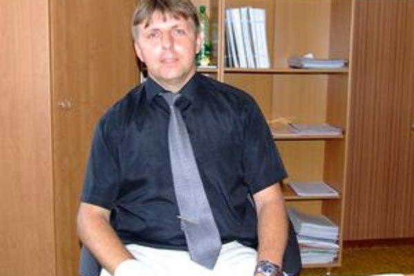Prednosta radnice v Zlatých Moravciach Miroslav Šlosár má podľa poslancov odísť z funkcie.