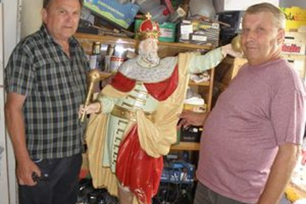 Štefan Nedeľka (vľavo) a Jozef Kondrla v dielničke, pri soche sv. Štefana.