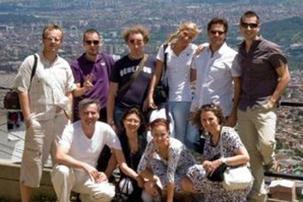 Členovia Close Harmony Friends na turné, v pozadí panoráma obrovského Medellínu.
