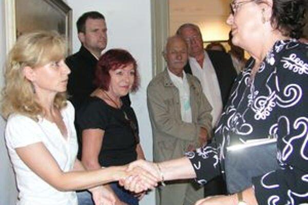 Magdaléna Ťapušíková (vpravo) ďakuje riaditeľke Nitrianskej galérie Renáte Niczovej a kurátorke výstavy Marte Hučkovej.