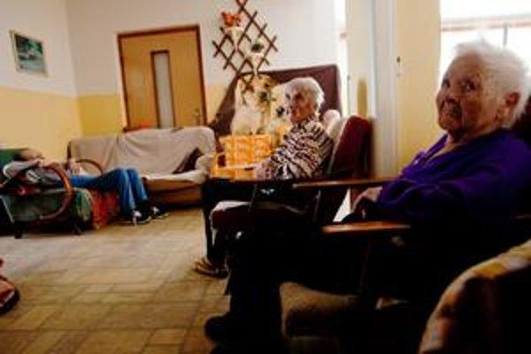 V rodinnom dome v Hronovciach žije takmer tridsať dôchodcov. Za posledný rok a pol zomrelo najmenej 38 obyvateľov domu.