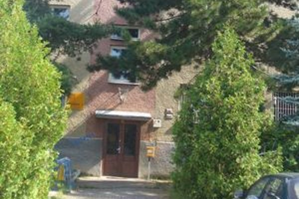 Zosilňovač káblovej televízie je na budove pošty.