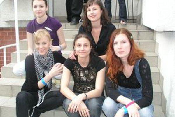 Barbora Balúchová (vľavo dole) so svojou skupinou Red Rose vystupovala na nitrianskom Amfikfeste.