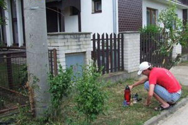 Motorka vrazila do stĺpa, odkiaľ ju náraz vymrštil do záhrady. Peter dopadol do dvora susedného rodinného domu. Na jeho pamiatku pred ním horia sviečky.