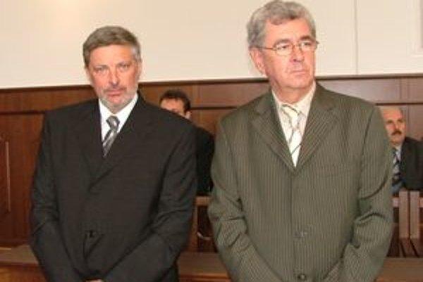 Miroslav Šupa (vľavo) sa vzdal funkcie predsedu krajského súdu. Menovací dekrét si prevzal v apríli 2007 spolu s predsedom nitrianskeho okresného súdu Eduardom Heinrichom.