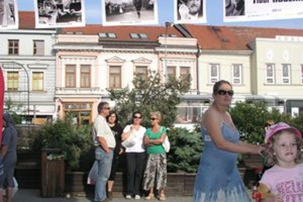 Výstava Jaroslava Badinku potrvá v Nitre do konca leta. Fotografie visia vo výške asi 4 metrov pred OD Tesco.