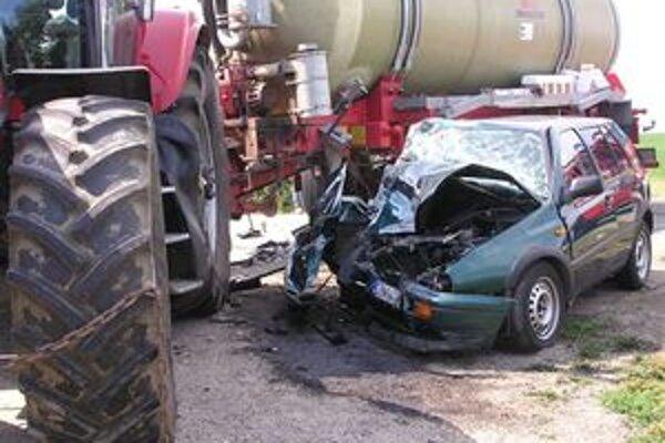 Dopravná nehoda osobného auta VW Golf a traktora.