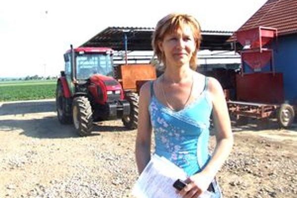 Marta Kozárová pred traktorom, z ktorého záhadne odišli esemesky za vyše 500 eur do televíznej súťaže.