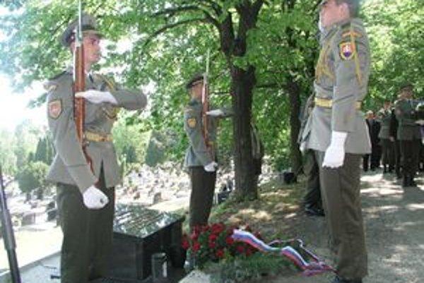 Urnu s popolom vojnového letca Dalibora Brocharda v sprievode čestnej stráže uložili na Párovskom cintoríne v Nitre.