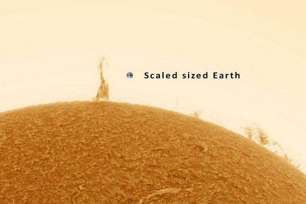 Slnečná protuberancia v porovaní s našou planétou.