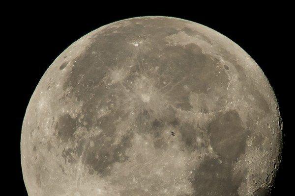 Silueta ISS na povrchu Mesiaca.