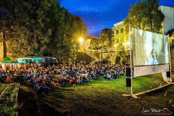 Filmovú kultúru na Slovensku sa snažia zvyšovať pojazdné autobusy Bažant Kinematograf. Projekcie letného kina už trnásty rok pripravuje Ľubica Orechovská, filmová teoretička a manažérka.