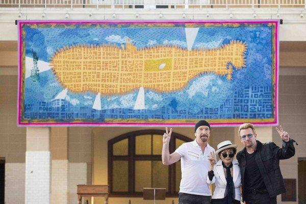 Žltá ponorka v Národnom múzeu imigrácie je dielom Petra Sísa. V USA žije od roku 1984 a je niekoľkonásobným víťazom Ceny pre najkrajšiu knižku podľa New York Times. Na letisku v Prahe  je jeho tapiséria pre  Václava Havla a dostal už zadanie i na
