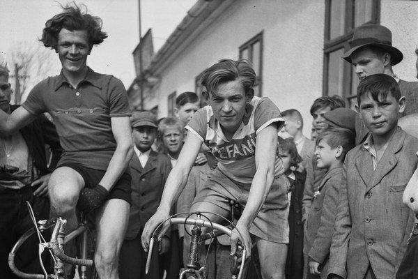 Fotografi STK (Slovenskej tlačovej kancelárie, 1939 až 1945) najčastejšie obracali svoje objektívy k športovcom, tí mohli ukážkovo poslúžiť propagande totalitného režimu Jozefa Tisa.