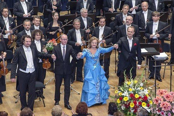 Fanúšikovia kráľovnej koloratúr Edity Gruberovej (na snímke vľavo s Petrom Valentovičom) majú už mesiace vopred kúpené lístky na jej vystúpenia. Koncert plánovaný na 8. mája v Prahe organizátor zrušil 2 dni pred uvedením.