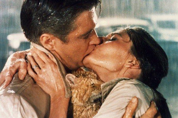 Raňajky u Tiffanyho (1961) odštartoval neskôr často citované a obľúbené bozky v zmáčaných šatách v daždi. Audrey Hepburn a George Peppard a slávna záverečná scéna.