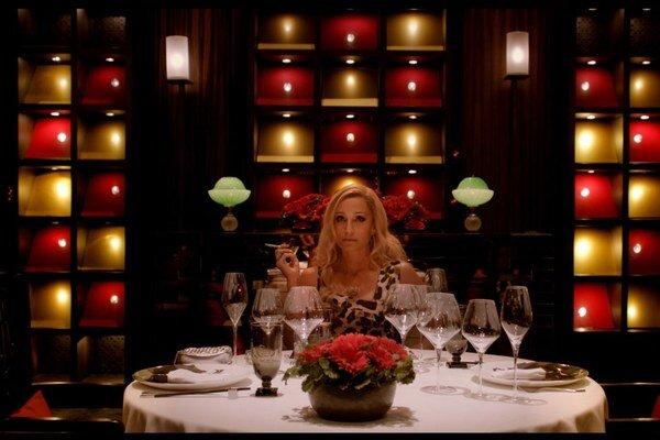 Kristin Scott Thomas vo filme Nicolasa Windinga Refna Iba Boh odpúšťa.
