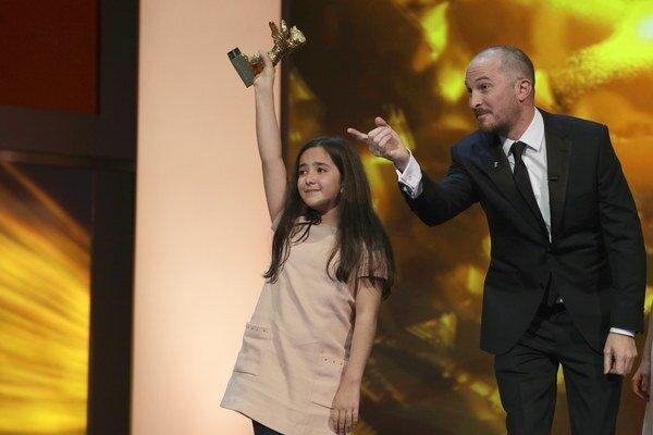 Hana Saeidi, neter iránskeho režiséra Jafara Panahiho, drží vzácnu sošku. Vedľa nej stojí predseda poroty, americký režisér Darren Aronofsky.