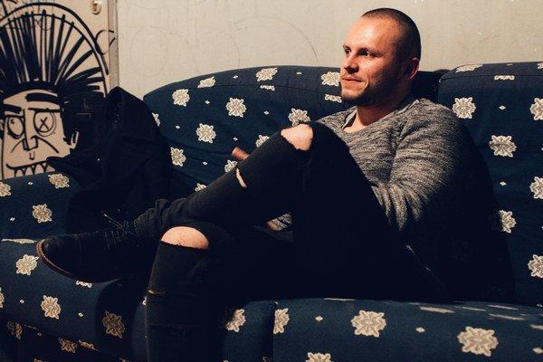 Jureš Líška zložil a nahral celý album Rieka sám – okrem husľových pasáží.