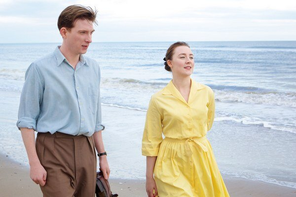Zostať doma v Írsku alebo si naplniť sen za Atlantikom? Vo filme Brooklyn hrajú Saoirse Ronan a Domhnall Gleeson.