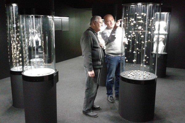 Archeológ a kurátor výstavy Luděk Galuška (vpravo).