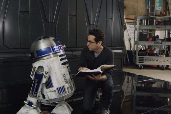 Začiatok tretej trilógie, Epizódu VII: Sila sa prebúdza, už nenakrútil George Lucas, ale  J. J. Abrams.