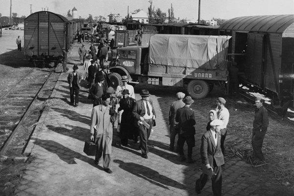 Stanica Nové Zámky - nákladné autá UNRRA pomáhajú nakladať balíky, prevážajú vzácny náklad. Vlak bol schopný odviezť batožinu tridsiatich rodín. V roku 1947 cestoval po Európe britský spisovateľ a novinár, vtedy na voľnej nohe, Lionel Davidson. Prišiel aj na Slovensko.