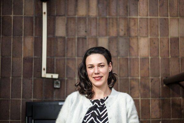 Jana Kapelová je absolventka magisterských štúdií na Katedre pedagogiky výtvarného umenia na PdF Trnavskej univerzity, Ateliéru intermédií pod vedením doc. Miroslava Nicza na Fakulte výtvarných umení AKU v Banskej Bystrici a doktorandského štúdia