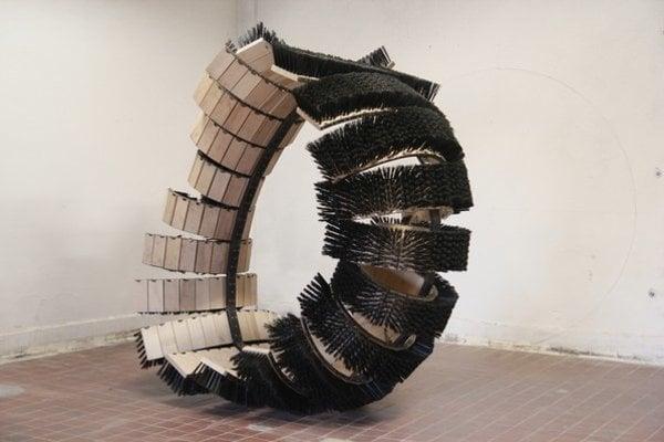 Róbert Palúch (1985) pochádza z Ružomberka. Po Škole úžitkového výtvarníctva v Košiciach, kde absolvoval odbor spracovanie keramiky a porcelánu, pokračoval v štúdiu sochárstva na pražskej AVU, najskôr v ateliéri Jana Koblasu, potom v ateliéri Jaro