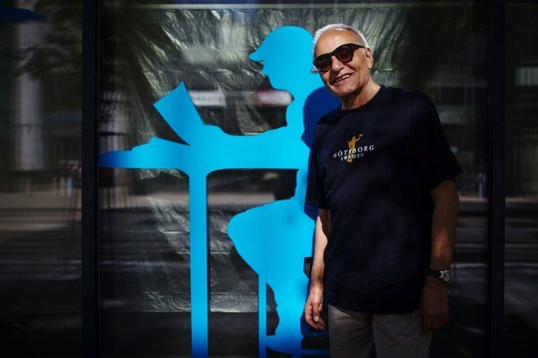 Pavel Vilikovský (73) – prozaik, prekladateľ a publicista. Narodil sa v Palúdzke, študoval na FAMU v Prahe, neskôr na FiF UK v Bratislave. Výber z diel: Citová výchova v marci, Eskalácia citu, Kôň na poschodí, slepec vo Vrábľoch, Večne je zelený, Peší prí