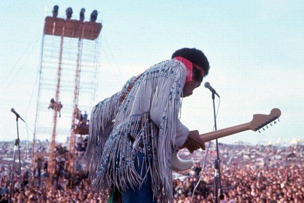 """O najpamätnejšie vystúpenie sa postaral Jimi Hendrix, ktorý zahral aj americkú hymnu. Koncertoval však úplne posledný, v nedeľu a jeho vystúpenie už videlo """"len"""" 200-tisíc návštevníkov."""